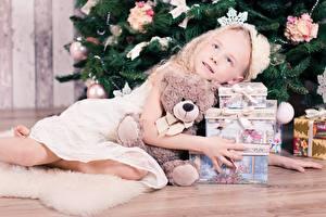Фотография Новый год Праздники Плюшевый мишка Девочки Подарки Ель Дети