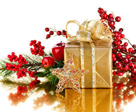 Фото Рождество Рябина Яблоки Белый фон Подарки Ветки Бантики Звездочки