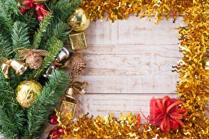 Картинки Рождество Доски Ветвь Шар Шишки Колокольчики Подарки Шаблон поздравительной открытки