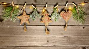 Обои Рождество Доски Ветвь Звездочки Сердечко Электрическая гирлянда Прищепки