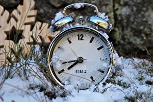 Фото Часы Циферблат Зимние Вблизи Снегу