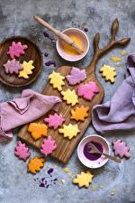 Картинки Печенье Разделочная доска Листья Разноцветные Пища