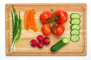 Картинки Огурцы Томаты Овощи Редис Перец Разделочная доска Еда