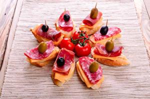 Обои Быстрое питание Бутерброды Колбаса Оливки Помидоры Ветчина Еда