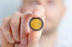 Фотографии Пальцы Монеты Деньги Евро Крупным планом Рука