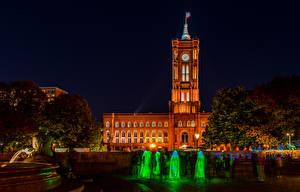 Картинка Германия Берлин Дома Фонтаны Ночные Дворец Alexanderplatz Rotes Rathaus город