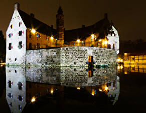 Картинка Германия Замки Пруд Ночные Уличные фонари Отражение Vischering Castle Города