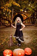 Фотографии Хеллоуин Тыква Девочка Платье Шляпа Кричит Дети