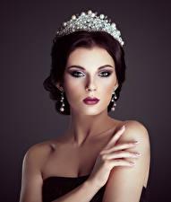 Фотографии Украшения Пальцы Корона Шатенка Взгляд Серег молодая женщина