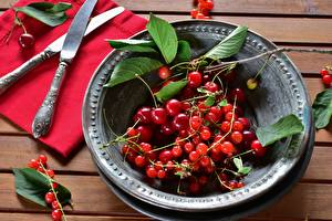 Фотографии Нож Ягоды Черешня Смородина Тарелка Листья Продукты питания