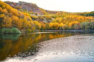 Картинки Озеро Осенние Леса Речка Утес Природа