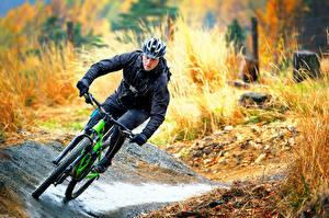Обои Мужчина Велосипед В шлеме Скорость спортивная