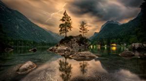 Картинки Горы Озеро Камни Пейзаж Деревья Молния Природа