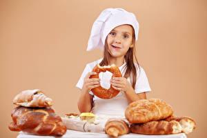 Фотография Выпечка Хлеб Цветной фон Девочки Шапки Смотрит Ребёнок