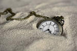 Картинки Часы Карманные часы Циферблат Вблизи Песка