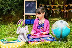 Обои Школьные Слон Игрушка Девочки Глобусы Книга Улыбается Дети