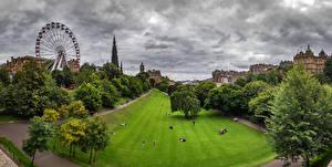 Фотографии Шотландия Эдинбург Парк Дома Колесо обозрения Газон Дерево Princess street gardens Природа