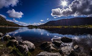 Картинка Шотландия Горы Озеро Камень Облака Солнце Achallader Природа