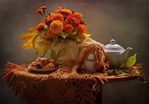 Картинки Натюрморт Бархатцы Чайник Выпечка Стол Вазе Цветы Еда