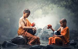 Обои Камень Азиаты Мальчики 2 Сидящие Ребёнок