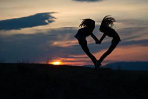 Фото Рассветы и закаты Вечер Сердце Силуэта Два Девушки