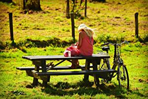 Фотография Столы Скамья Блондинок Сидит Трава Велосипед Девушки