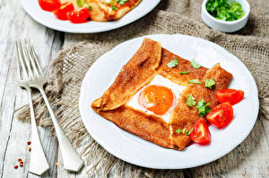 Картинка Помидоры Завтрак Тарелка Яичница Вилка столовая