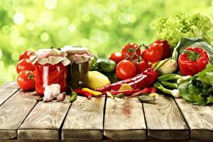 Обои Овощи Помидоры Перец Чеснок Острый перец чили Доски Банка Еда