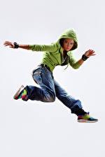 Обои Белый фон В прыжке Куртка Джинсов Руки Ноги молодые женщины