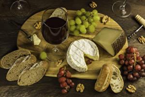 Фотография Вино Сыры Виноград Орехи Хлеб Разделочная доска Бокалы Продукты питания