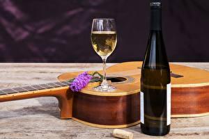 Обои Вино Гитара Бутылка Бокалы Еда картинки