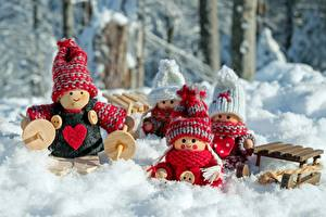 Картинки Зимние Снег Кукла Шапки Сердечко Санки