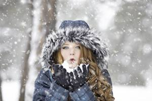 Фото Зимние Снег Капюшон Шатенка Руки
