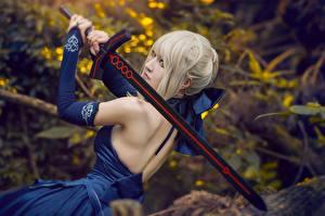 Фото Азиатка Платье Спина Косплей Мечи Блондинки молодая женщина