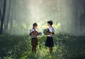 Картинка Азиатка Трава Мальчик Девочка Двое Книги ребёнок