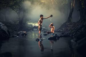 Картинки Азиатка Камень Ручеек Две Мальчишка Сидит Дети
