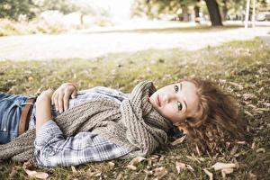 Картинка Осень Шатенка Шарф Смотрит Девушки