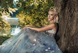 Картинка Блондинка Платье Сидящие Смотрит Серьги Девушки