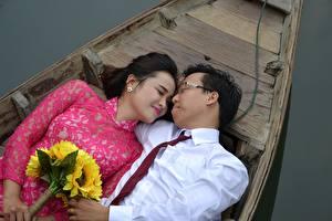 Картинки Лодки Азиаты Мужчины Букеты Любовники 2 Галстук Очки Девушки