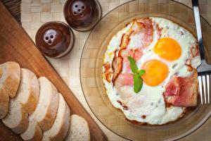 Фото Хлеб Мясные продукты Тарелка Яичница Завтрак Пища