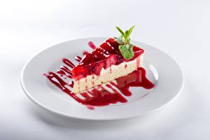 Фото Торты Часть Тарелка Белый фон Продукты питания