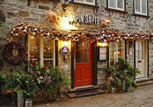 Фото Канада Дома Новый год Вечер Квебек Улице Гирлянда Уличные фонари Колокольчики Дверь Quebec город