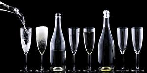Картинки Шампанское Черный фон Бутылка Бокалы