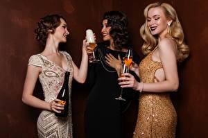 Картинки Игристое вино Втроем Платье Бутылка Бокалы Блондинка Девушки