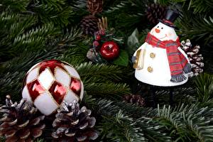 Фото Новый год Ветвь Елка Шарики Шишки Снеговики