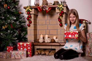 Обои Рождество Свечи Камин Новогодняя ёлка Подарки Шарфом Девочка Сидя Дети