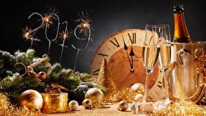Фотографии Рождество Шампанское Часы 2019 Бокалы Шарики