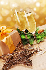 Картинка Рождество Игристое вино Бокалы Звездочки Продукты питания