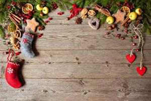 Обои Рождество Печенье Яблоки Бадьян звезда аниса Ягоды Орехи Доски Ветвь Сапоги Сердечко Шишки Пища