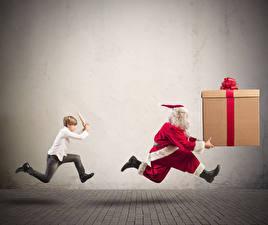 Картинки Новый год Санта-Клаус Смешные Униформе Подарок Мальчишки Бегущий